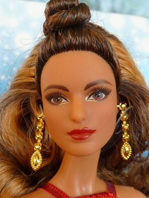 2017 Holiday Barbie, brunette DYX41