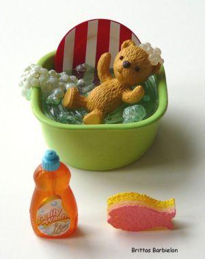 """""""Teddy Helps In The Kitchen"""" - Schüssel mit Wasser, Teddy, Teller, Spülmittel und Schwamm in Fischform"""