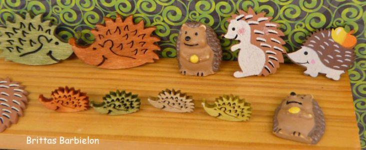 """Waldtiere in Barbielon - große Igel-Figuren von """"Schleich"""" (Höhe großer Igel ca. 3,5), kleiner Igel rechts von """"Playmobil"""", Igelgruppe Dekoteile"""