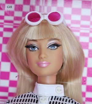 2004 A Nod for Mod Barbie C6261 Gold Label
