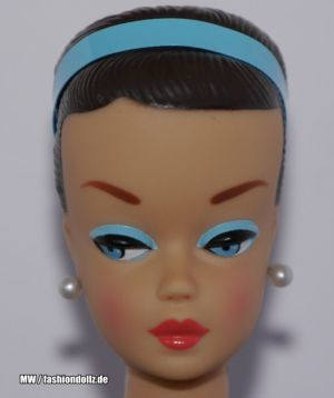 2010 Barbie and Her Wig Wardrobe - Fashion Queen Repro Barbie R9524