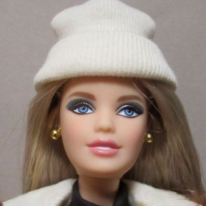 2016 Hudsons Bay Barbie DJN09