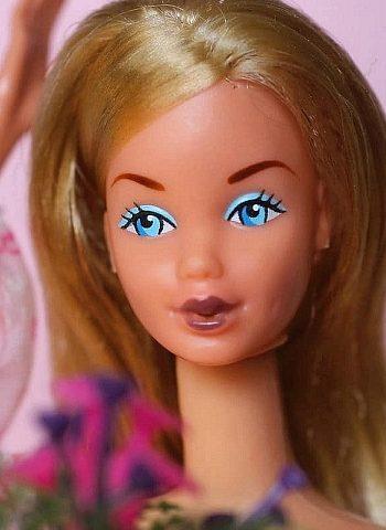 ©1978 Barbie kissing face